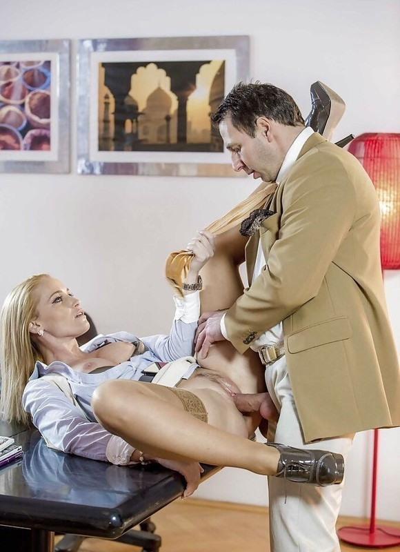 Оральный секс в телесных колготках